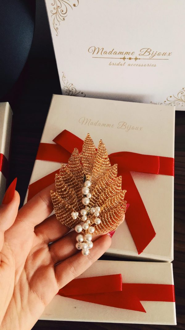brosa-lucrata-manual-frunzulite-aurii-perle-swarovski